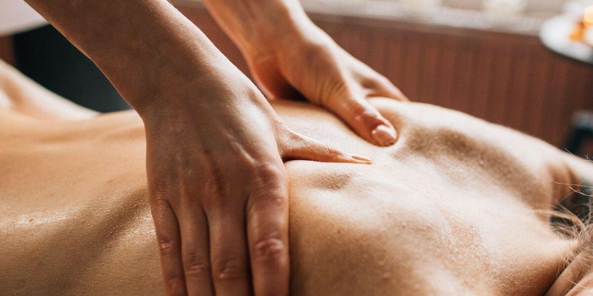 Как медицинский массаж помогает при болях в спине